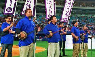 三線を披露する喜名芸能団のメンバー=28日午後、愛知県・ナゴヤドーム