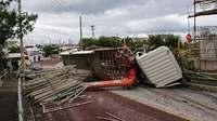 トラック横転、1人意識不明 沖縄・中城村 周辺住宅が停電