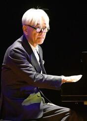 ピアノソロを披露する坂本龍一さん=5日午後、宜野湾市・沖縄コンベンションセンター(国吉聡志撮影)