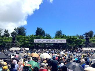 米軍属事件に抗議し被害者を追悼する県民大会参加者=19日午後、奥武山公園陸上競技場