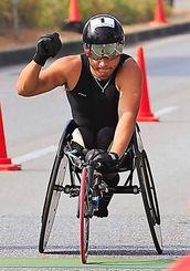 ハーフマラソン脊損の部を46分11秒で制した渡辺勝さん=8日午前、宜野湾海浜公園前