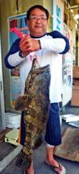 佐敷海岸で73センチ、7・8キロのミーバイを釣った當間真樹さん=5月26日