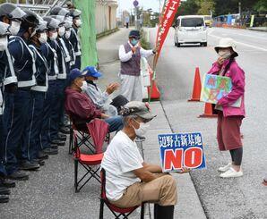 辺野古新基地建設反対を訴え、米軍キャンプ・シュワブ工事用ゲート前に座り込む市民ら=10日正午ごろ、名護市辺野古