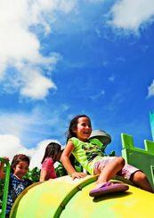 梅雨明けした沖縄地方。遊具で楽しそうに遊ぶ子どもら=26日午後3時30分ごろ、沖縄市・県総合運動公園(松田興平撮影)