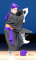 勇壮な所作を見せた島袋君子「高平良万歳」=浦添市・国立劇場おきなわ
