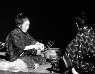 芭蕉布の糸づくりをする戦前の女性たち。「琉球の民藝」に収められている(マーティ・グロスさん提供)