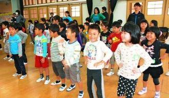 「よなばるひじきまーさんどー」の歌に合わせてダンスを披露する園児=12日、与那原幼稚園
