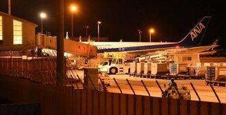 国際線ターミナルに駐機する緊急着陸した全日空機=19日午前0時半ごろ、那覇空港