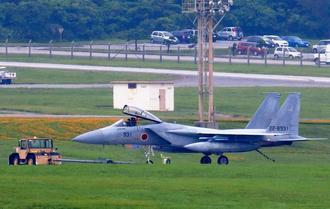 米軍嘉手納基地に緊急着陸した航空自衛隊那覇基地所属のF15戦闘機=17日午後3時11分(読者提供)