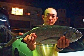 与那原海岸で2・41キロのオニヒラアジを釣った田中一嘉さん=21日