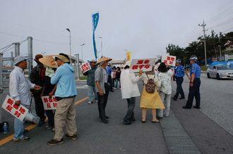 「埋め立て反対」と声をあげる市民ら=8日午前、名護市辺野古のキャンプ・シュワブ前