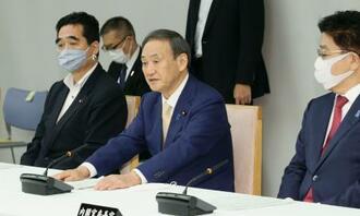 事務次官連絡会議であいさつする菅首相(中央)=18日午前、首相官邸