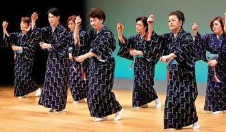 息の合った踊りを披露した在沖西辺郷友会婦人部=1日、那覇市久茂地・タイムスホール