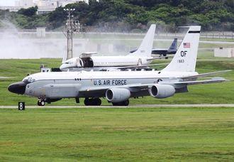 米軍嘉手納基地に飛来した米ネブラスカ州オファット空軍基地所属の電子偵察機RC135S=29日午後3時すぎ、米軍嘉手納基地(読者提供)