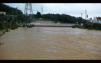 増水した天願川=7月9日午前9時ごろ、うるま市天願(比屋根真澄撮影)
