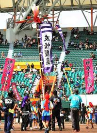 「サーサー、サーサー」自慢の旗を高々と 重さ60キロ、中学生も頑張った 旗頭フェスタinなは