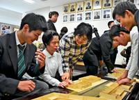 触れて感じる母校 沖縄工業高校の生徒、盲学校に校舎模型を贈る