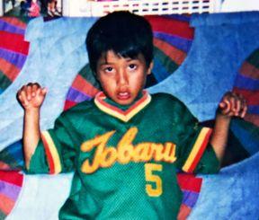 野球に打ち込んでいた小学生のころの仲座大二。身長はチームで一番低かった(本人提供)