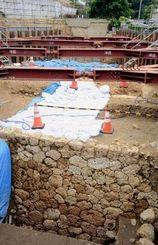 那覇市の発掘調査で発見された太平橋周辺道路の遺構=4日、那覇市首里平良町