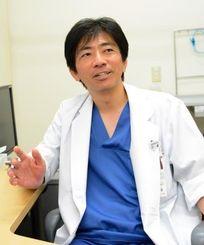 脳神経外科医として多くの手術をこなす比嘉さん。手技は「神の手」とも評される=都内の東京労災病院