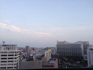 沖縄本島地方は高気圧に覆われておおむね晴れている