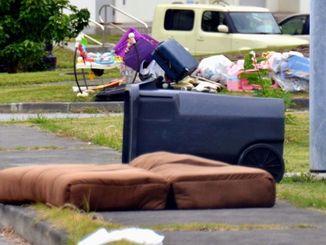 米軍基地の住宅区域にためられた家庭ごみ。21日以降、環境ソリューションが受け入れることになる=20日、キャンプ瑞慶覧