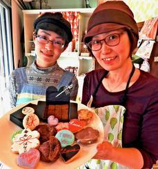店長の宮里由梨さん(右)と店員の金城くみこさんが作るスコーンやアイシングクッキーが人気