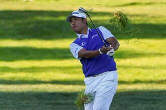 全米ゴルフ第3日、17番でラフからショットを放つ松山英樹=19日、ママロネック(AP=共同)