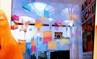 タブレット端末に映し出された3次元映像。右側の作品から絵の断片が浮き出てきている(レキサス提供)