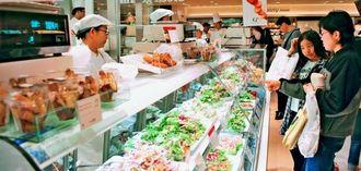 色鮮やかなサラダがショーケースに並ぶ「Green gourmet」=27日、那覇市久茂地・リウボウ地下1階