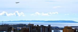 空気が澄み、くっきりと浮かび上がった慶良間諸島=13日午後4時13分、那覇市久茂地・沖縄タイムスビルから(下地広也撮影)