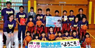 ウィルコムのキャンペーンでグランプリに選ばれた石垣小学校女子ミニバスケットボール部の児童ら=25日、石垣市立石垣小学校