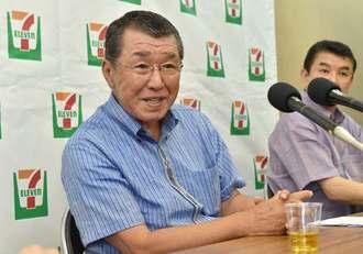 県内への出店を表明するセブン-イレブン・ジャパンの古屋一樹社長(左)=9日午前、県庁