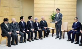 拉致被害者家族らとの面会であいさつする安倍首相(右から2人目)=19日午後、首相官邸