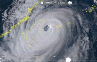 2015年9月の台風21号の画像。目がはっきりと写っている。沖縄の観測史上2位の瞬間風速81.1メートルを観測した(ひまわり8号リアルタイムwebから)
