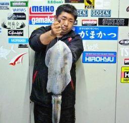 19日、前兼久漁港2.46キロのシルイチャーを釣った玉城勇さん。リーダー3号、餌木は3.5オレンジ