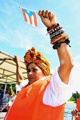 名護市辺野古の海上で、プエルトリコの旗を掲げるドミンガ・フローレス・アナヤさん=24日午前