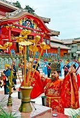正月儀式の「子之方御拝」で、祭壇に焼香し、一年の平穏を祈念する国王=2日午前、那覇市・首里城公園(国吉聡志撮影)