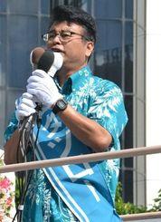 マイナンバー制度の廃止などを訴える金城竜郎氏=22日、那覇市泉崎の県民広場