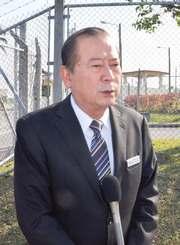 米海兵隊への抗議を終え、報道陣の質問に答える宜野湾市の松川正則副市長=14日、北中城村