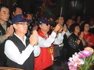 出馬表明の直前、媽祖廟で参拝する郭台銘氏(中央)=17日、台湾新北市内(中央通信社=共同)