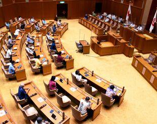 新型コロナ感染症対策の第5次補正予算案を全会一致で可決する県議会臨時会=3日、県議会