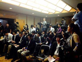 多くの報道陣が詰めかけた会見場=12月9日午前10時すぎ