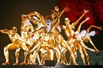 全身金色の踊り手がうねるような舞を披露した「クレイジーキャメル」=中城城跡野外特設ステージ