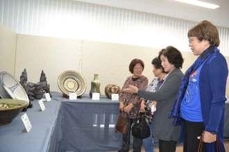 沖展選抜展で出展作品を鑑賞する来場者=12日、うるま市・生涯学習・文化振興センター「ゆらてく」