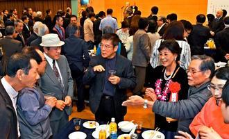 祝賀会で交流し、受賞を喜び合う受賞者や会員ら=24日、浦添市・てだこホール市民交流室
