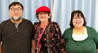 モトさんの写真発見を喜ぶ上原クニ子さん(中央)と長女の奥濱由弥子さん(右)、由弥子さんの夫の真さん=22日、糸満市の西区コミュニティセンター