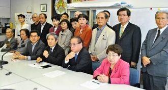 記者会見する野党4会派の県議団=県議会