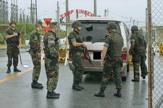 銃を持ち県民の車両をチェックする米兵(2001年)