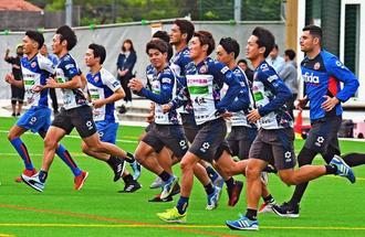 ランニングで体をほぐすFC琉球の選手たち=10日、沖縄市・県総合運動公園蹴球場(国吉聡志撮影)
